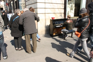 Pianista tocando en el centro de París