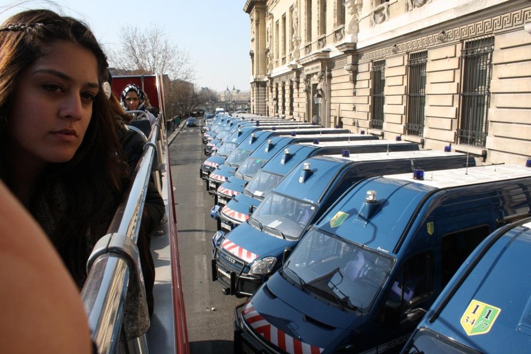 Autobús turístico en la comisaría de París