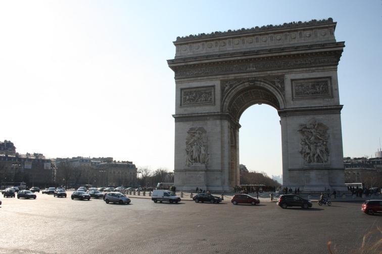 Tráfico en el Arco del Triunfo, París