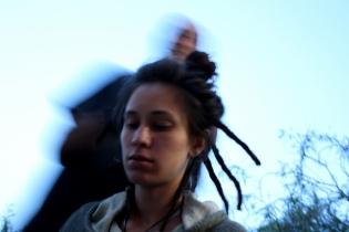 Haciendo rastas a Briana, 2011