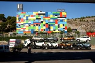 Hotel y camión de coches en la autovía de Andalucía, Murcia